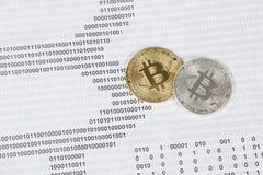 Bitcoin dell'argento e dell'oro sui precedenti del codice binario Immagine Stock