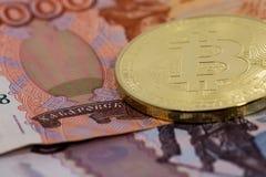 Bitcoin dell'oro con le rubli Fotografia Stock Libera da Diritti