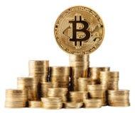 Bitcoin dell'oro sopra il più alta pila di monete Fotografia Stock