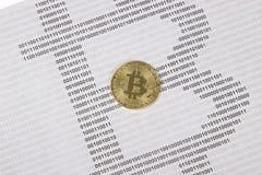 Bitcoin dell'oro sui precedenti del codice binario Fotografia Stock