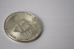 Bitcoin della moneta d'argento su stile in bianco e nero del fondo bianco Immagini Stock