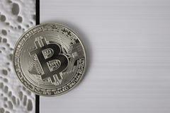 Bitcoin della moneta d'argento su stile in bianco e nero del fondo bianco Fotografia Stock Libera da Diritti