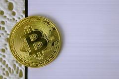 Bitcoin della moneta di oro sul primo piano bianco del fondo Fotografie Stock