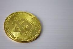 Bitcoin della moneta di oro sul primo piano bianco del fondo Immagine Stock