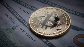 Bitcoin della moneta sui precedenti di un mucchio delle banconote in dollari come economia sommersa Fotografia Stock Libera da Diritti
