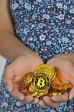 Bitcoin della tenuta della donna Fotografia Stock Libera da Diritti