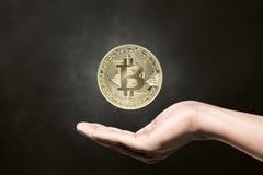 Bitcoin della tenuta della mano dell'uomo Fotografie Stock