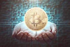 Bitcoin della tenuta della mano dell'uomo Immagine Stock Libera da Diritti