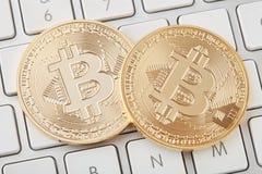 Bitcoin deux d'or sur le clavier blanc, chemin de coupure Photos libres de droits