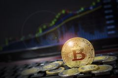 Bitcoin di Cryptocurrency con la concorrenza del dollaro americano con il grafico della candela nel fondo Immagini Stock Libere da Diritti