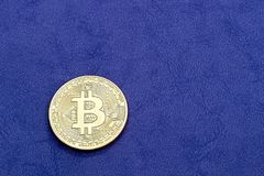 Bitcoin di Digital, il concetto di valuta cripto, su un fondo porpora fotografie stock libere da diritti