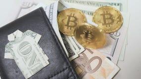 Bitcoin die dichtbij de beurs met geld omcirkelen stock video