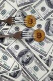 Bitcoin die Nieuwe Harde Vorkverandering, Fysiek Gouden Crytocurrency-Muntstuk onder de vork op de dollarsachtergrond krijgen Blo Stock Fotografie