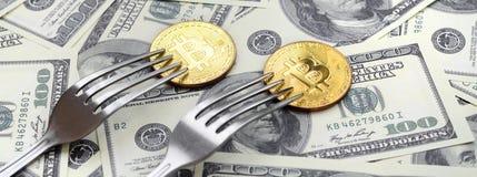 Bitcoin die Nieuwe Harde Vorkverandering, Fysiek Gouden Crytocurrency-Muntstuk onder de vork op de dollarsachtergrond krijgen Blo Royalty-vrije Stock Afbeelding