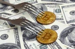 Bitcoin die Nieuwe Harde Vorkverandering, Fysiek Gouden Crytocurrency-Muntstuk onder de vork op de dollarsachtergrond krijgen Blo Stock Foto's