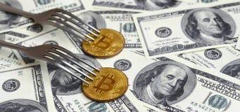 Bitcoin die Nieuwe Harde Vorkverandering, Fysiek Gouden Crytocurrency-Muntstuk onder de vork op de dollarsachtergrond krijgen Blo Stock Afbeeldingen