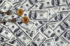 Bitcoin die Nieuwe Harde Vorkverandering, Fysiek Gouden Crytocurrency-Muntstuk onder de vork op de dollarsachtergrond krijgen Blo Stock Afbeelding