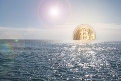 Bitcoin die of in oceaan toenemen dalen royalty-vrije stock afbeeldingen