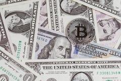 Bitcoin digitaal crypto muntconcept door zilveren phisical glanzend muntstuk met B-Beetjeteken op de bankbiljetten van de V.S. Da royalty-vrije stock afbeelding