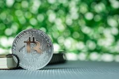 Bitcoin digital valuta, bit-mynt p? gr?n suddig bokehbakgrund, Cryptocurrency pengarbegrepp arkivbild