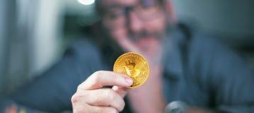 Bitcoin a disposición de un hombre de negocios Imagenes de archivo