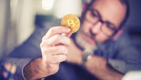 Bitcoin a disposición de un hombre de negocios Imágenes de archivo libres de regalías