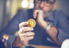 Bitcoin a disposición de un hombre de negocios Fotos de archivo libres de regalías