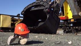 Bitcoin do ouro em um capacete protetor ao lado da cubeta de uma máquina escavadora da mineração vídeos de arquivo