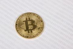 Bitcoin do ouro no fundo do código binário Imagens de Stock Royalty Free
