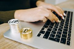 Bitcoin do portátil do teclado foto de stock