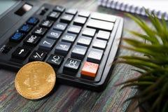 Bitcoin dolara i pieniądze złoty menniczy Nowy wirtualny tło Zdjęcie Stock