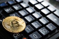 Bitcoin dolara i pieniądze złoty menniczy Nowy wirtualny tło Fotografia Stock