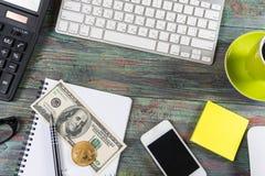 Bitcoin dolara i pieniądze złoty menniczy Nowy wirtualny tło Obraz Stock