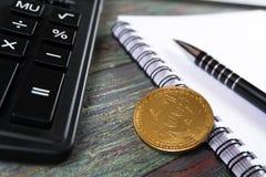 Bitcoin dolara i pieniądze złoty menniczy Nowy wirtualny tło Fotografia Royalty Free