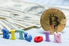 Bitcoin dolara i pieniądze złoty menniczy Nowy wirtualny tło Cryptocurrency Biznes i Handlarski pojęcie Zakończenie Obrazy Stock