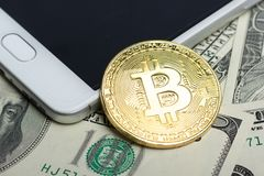 Bitcoin dolara i pieniądze złoty menniczy Nowy wirtualny tło Cryptocurrency Biznes i Handlarski pojęcie Zakończenie Zdjęcie Royalty Free
