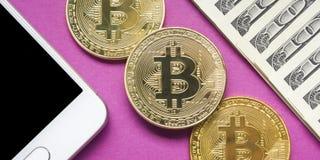 Bitcoin dolara i pieniądze złoty menniczy Nowy wirtualny tło Cryptocurrency Biznes i Handlarski pojęcie Zakończenie Zdjęcie Stock