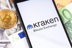 Bitcoin, dolary, euro banknoty i Kraken logo wymiana na parawanowym smartphone, obrazy stock