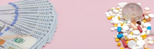 Bitcoin, dollar och preventivpillerar på en rosa bakgrund Receptmedicin på dollar för begrepp för farmaceutisk bransch av höjdpun Royaltyfria Bilder