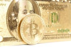 Bitcoin dorato con U S Dollaro Fotografie Stock Libere da Diritti