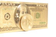 Bitcoin dorato con U S Dollaro Immagini Stock