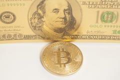 Bitcoin dorato con U S Dollaro Fotografia Stock Libera da Diritti