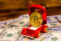 Bitcoin dorato in contenitore di regalo a forma di auto per gioielli sull'un unno Immagini Stock Libere da Diritti
