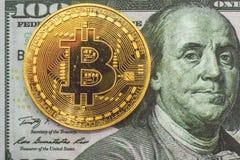 Bitcoin dorato e 100 dollari Fotografia Stock Libera da Diritti