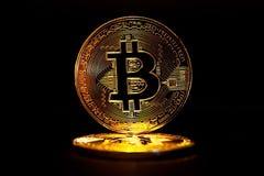 Bitcoin dorato isolato su fondo nero Fotografia Stock Libera da Diritti