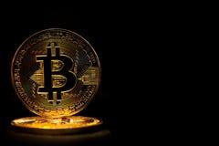 Bitcoin dorato isolato su fondo nero Fotografie Stock