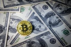 Bitcoin dorato su cento banconote del dollaro Concetto di estrazione mineraria, concetto di scambio di soldi elettronici, estrazi fotografie stock libere da diritti