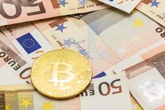 Bitcoin dorato sull'euro 50 Scambio di soldi elettronici Fotografie Stock Libere da Diritti