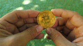 Bitcoin dourado à disposição vídeos de arquivo