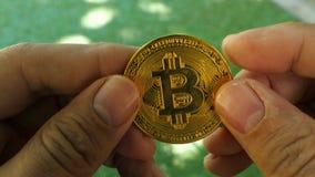 Bitcoin dourado à disposição filme